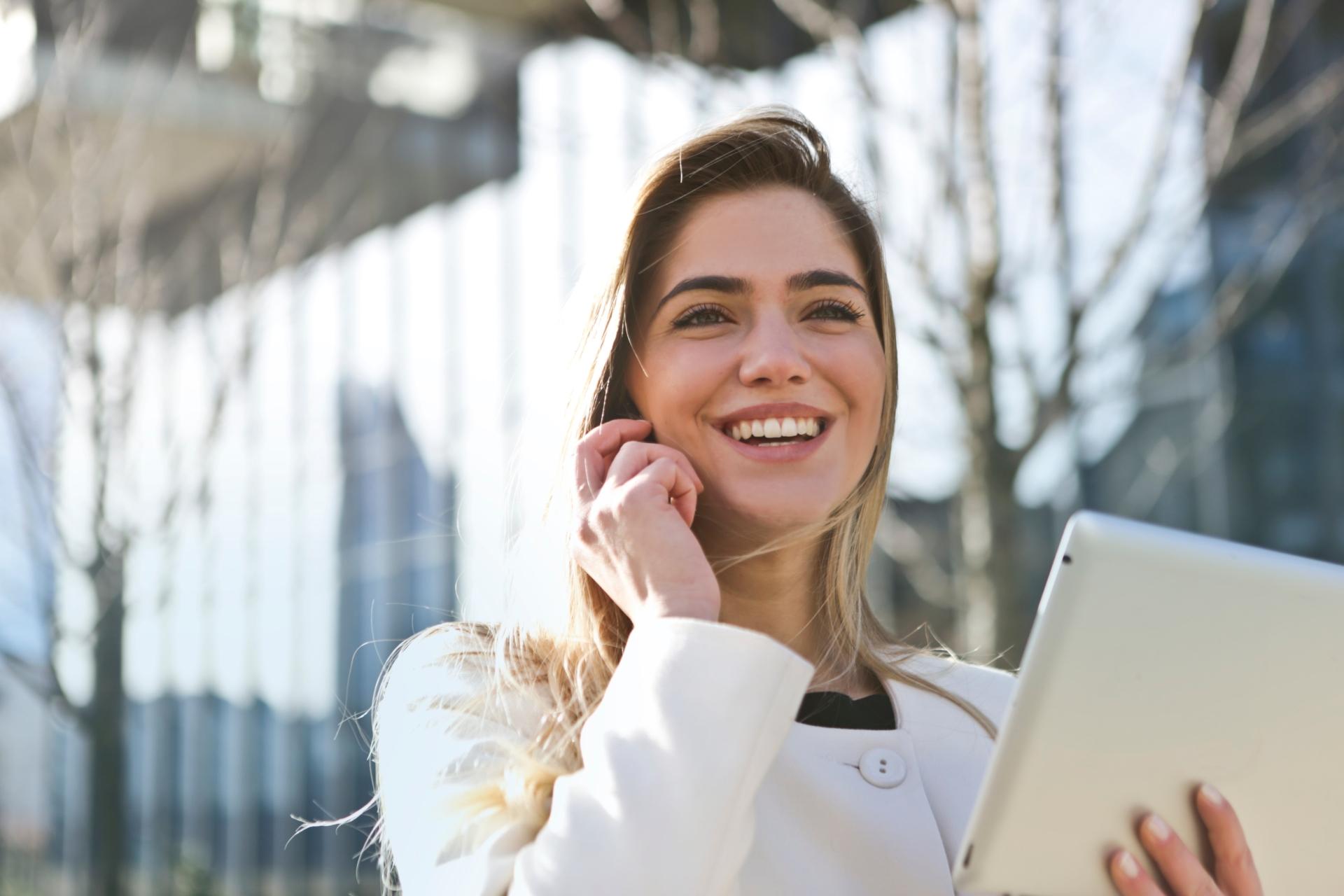 Businessfrau führt ein Telefonat