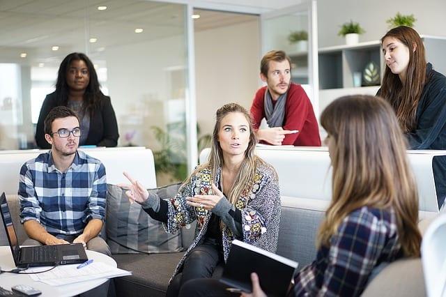 Mitarbeiter kommunizieren untereinander